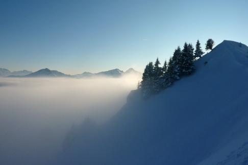 Am Latschenkopf und genau auf der Hochnebelscheide schweift der Blick ins Wettersteingebirge