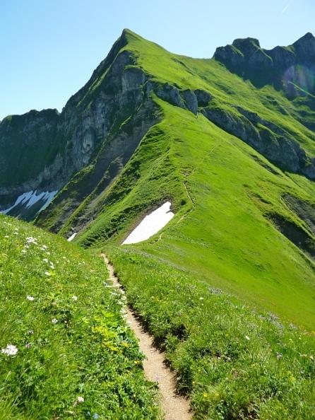 Das Laufbacher Eck, auf dem Grassattel sind pausierende Wanderer zu erkennen