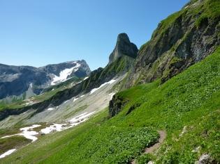 Der Bergstock der Schneck wird auf der entegengesetzten Seite umwandert. Von hier aus gibt sich der Berg steil und unnahbar