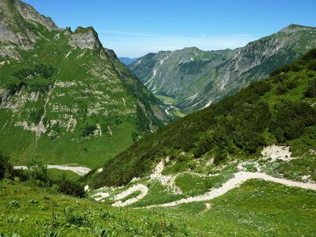 Steiler Abstieg hinab zur Käser Alpe