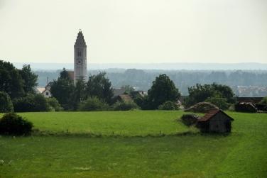 Blick vom tertiären Hügeln des Wittlsbacher Landes über Alt-Kissing bis in den Naturpark Westlichen Wälder