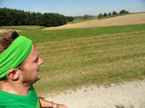 Schattenlos und nahezu windstill führt die Route über offene Agrarlandschaft
