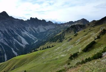 Leilachspitze, Krottenkopfe, Lachenspitze vor dem Allgäuer Hautpkamm, gesehen vom Saalfelder Höhenweg/Strindenscharte