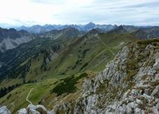 Saalfelder Höhenweg mit Schochenspitze und Allgäuer Hauptkamm