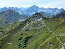 Saalfelder Höhenweg, im Hintergrund der König der Allgäuer Alpen: der Hochvogel
