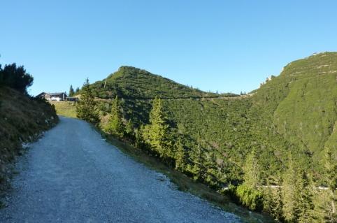 Nach der letzten Spitzkehre steuert man auf das Herzogstandhaus (1.575m) zu, dass unter dem Martinskopf (1.675m) liegt