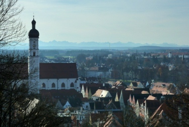 Mariä Himmelfahrt und Landsberger Altstadt vor den Allgäuer Alpen