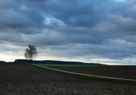 Schwere Wolken über den Ackerflächen Altbayerns