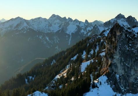 Blick vorbei am Laubeneck in die Ammergauer Alpen